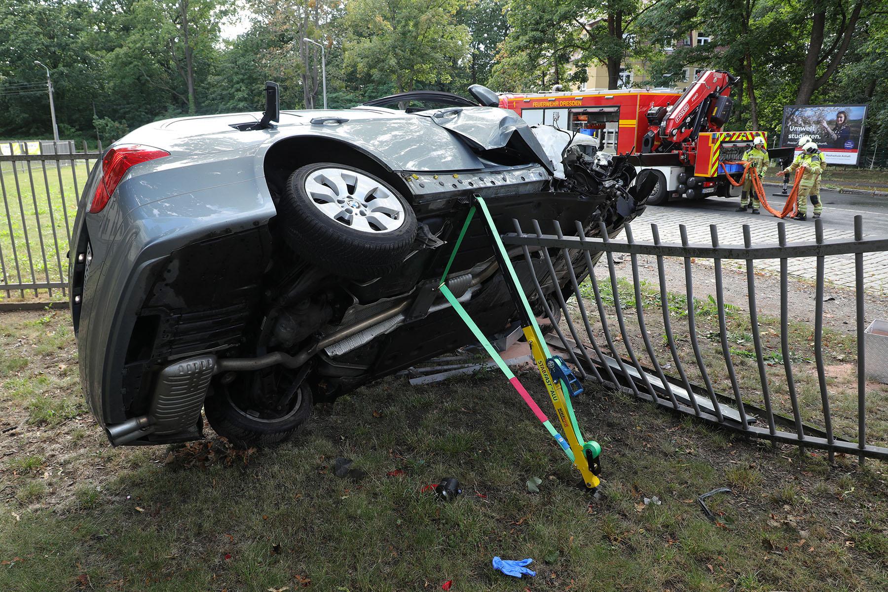 Der BMW landete im Zaun des Polizeirevier. Foto: Roland Halkasch