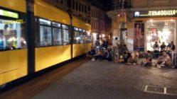 Straßenbahnstreicheln an der Ecke - Foto: Archiv