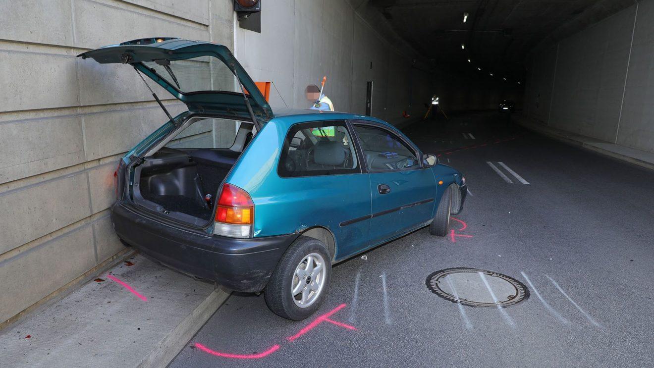 Das Auto prallte gegen die Tunnelwand. Foto: Roland Halkasch