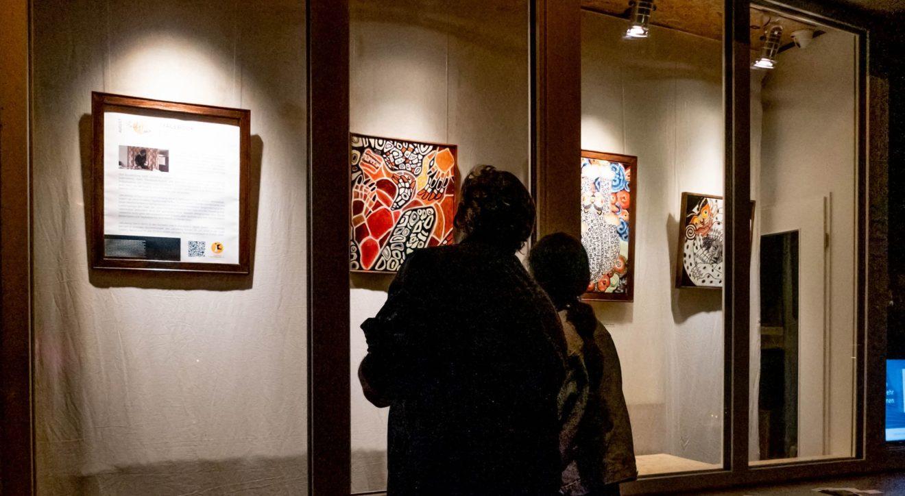 Gäste betrachten die Bilder der Künstlerin Jakyeong an der Hechtstraße.