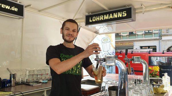 Florian Gruber zapft Universitäts-Bier.