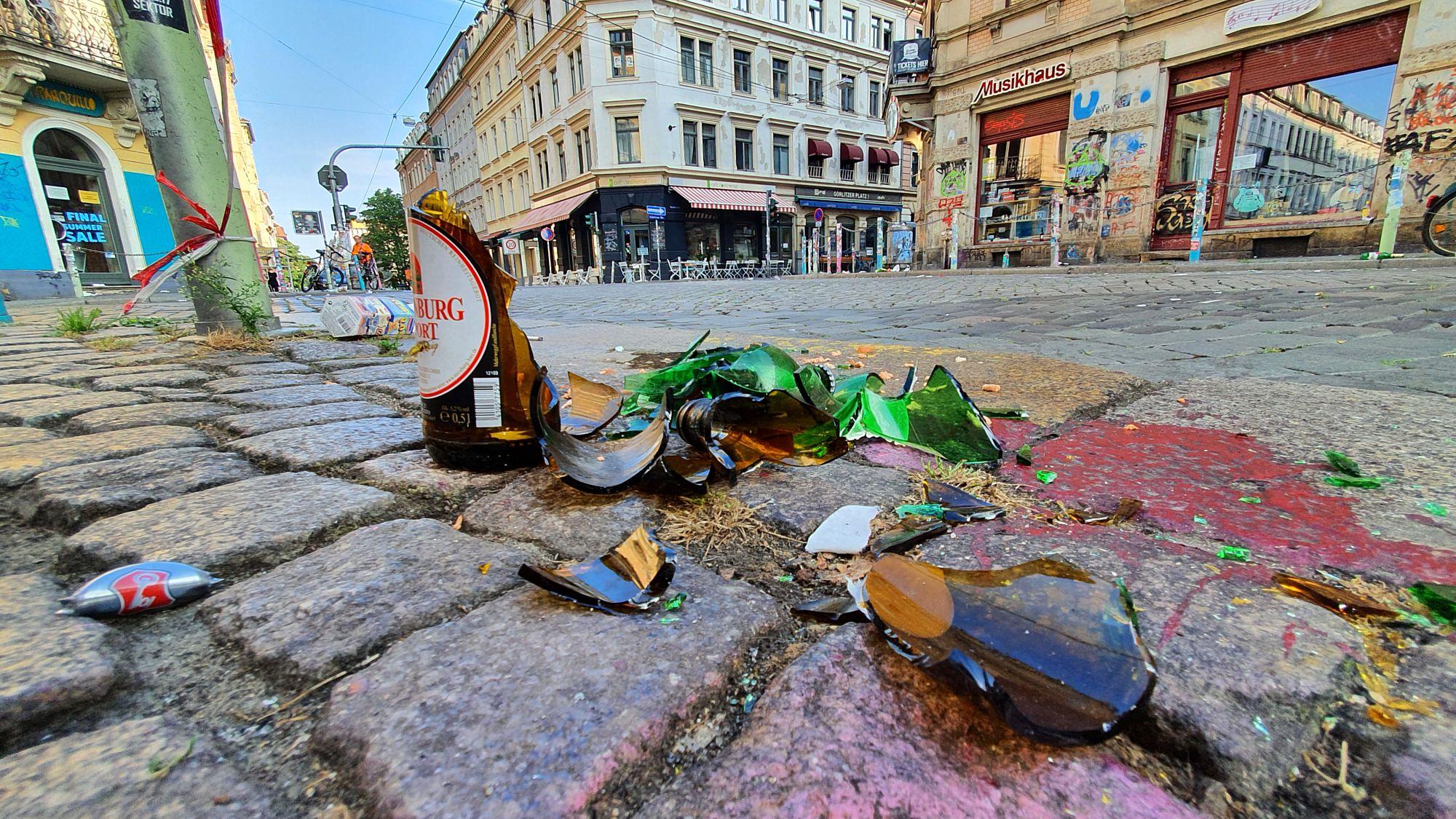 Bierflaschenreste an der Ecke