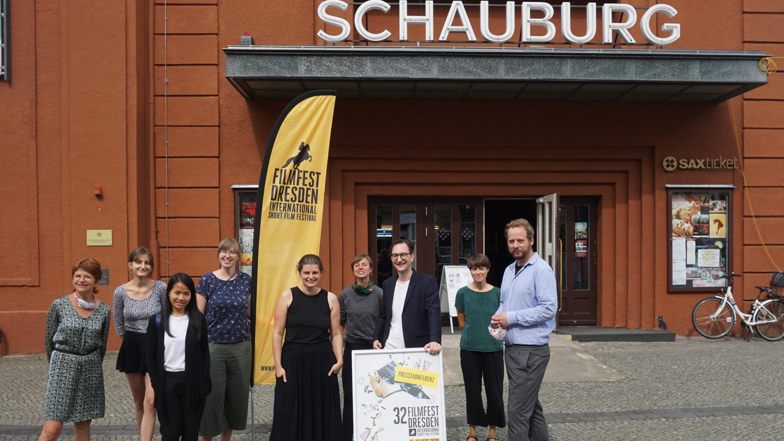 Filmfestteam vor dem Festivalzentrum Schauburg