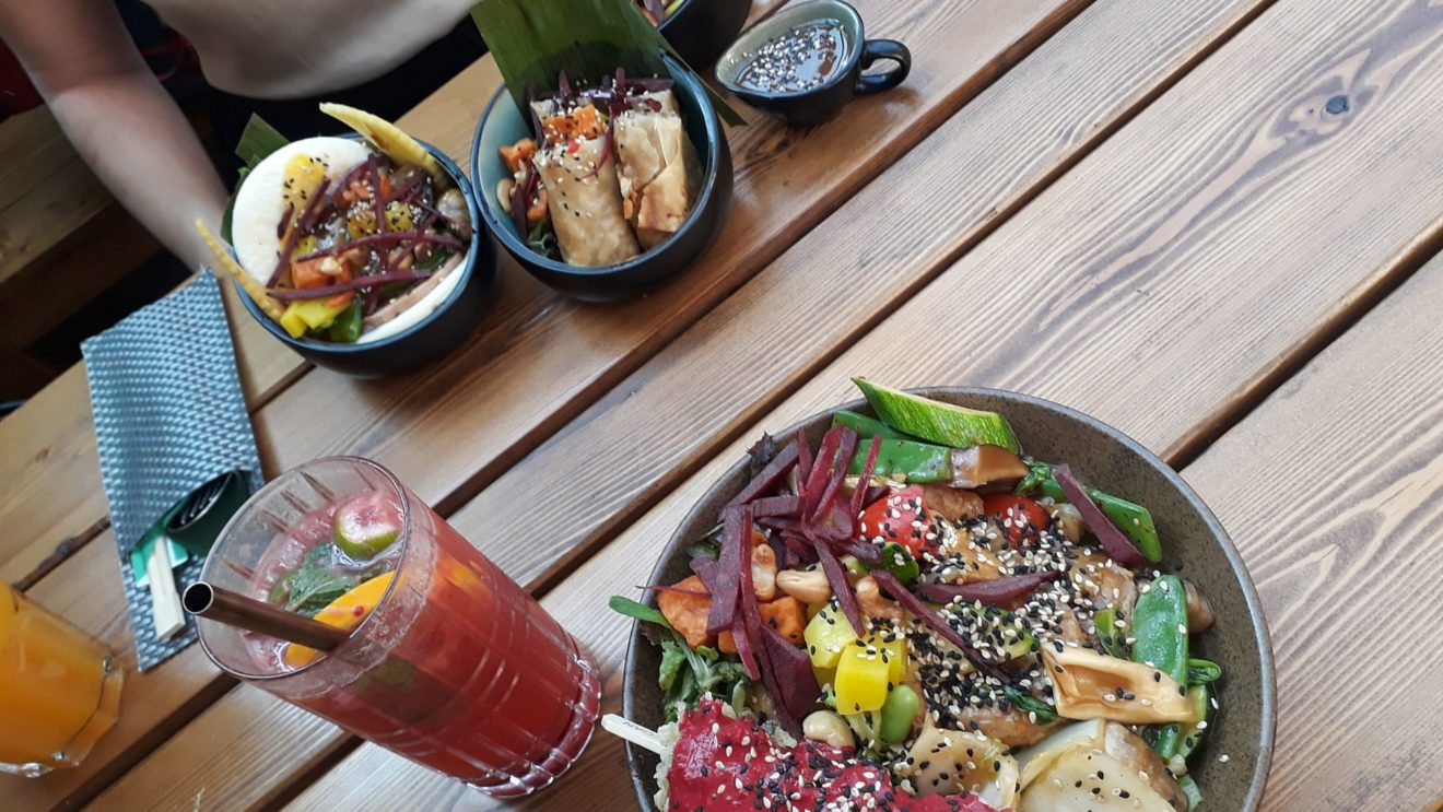 Vegan Bowl (unten) und die zwei kleine Vegan Spring Rolls und ein Vegan Burger.
