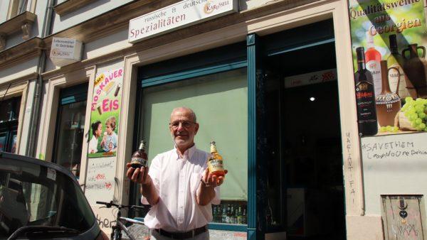 Wie schmeckt es? Dmitri Jampolski mit russischem Bier vor dem Karussell.