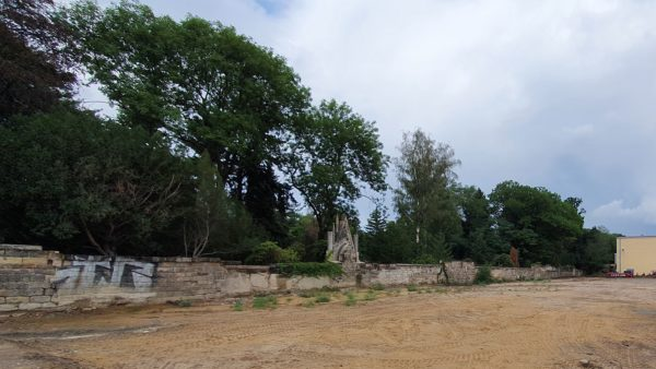 Friedhofsmauer neben der Schule