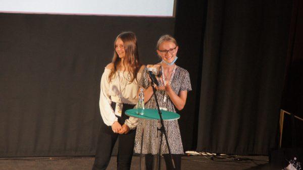 Henriette und Elisabeth bastelten den schönsten Award. Foto: Philine
