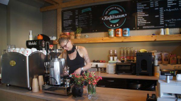 Josi mit neuer Maschine. Ab Oktober braucht der Kafétraum eine neue Bleibe. Foto: Philine