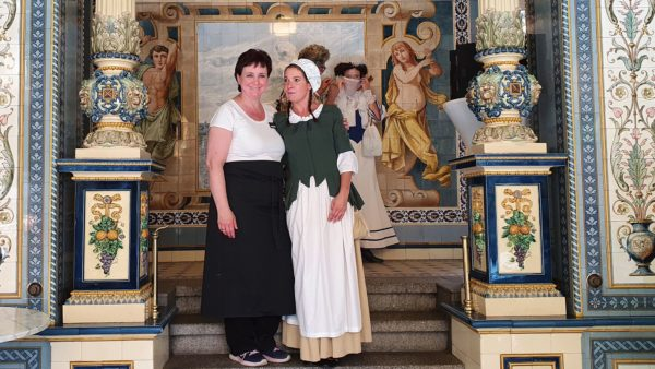 Ladenchefin Ina Stephan und Milchmädchen Aniko Wülfing strahlen um die Wette.