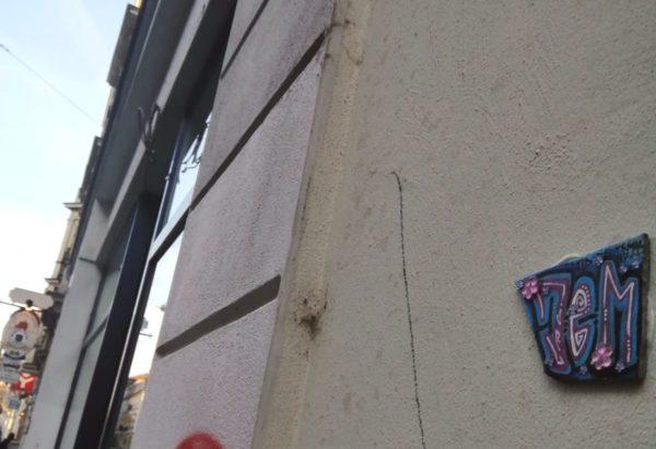 Jem an der Wand.