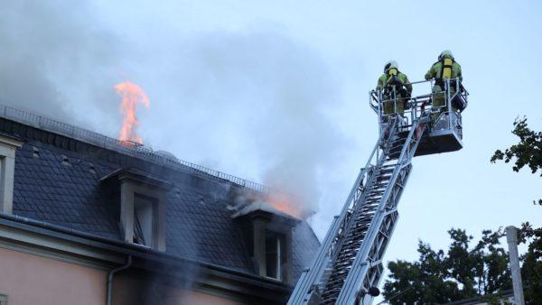 Die Feuerwehr löschte den Brand. Foto: Roland Halkasch
