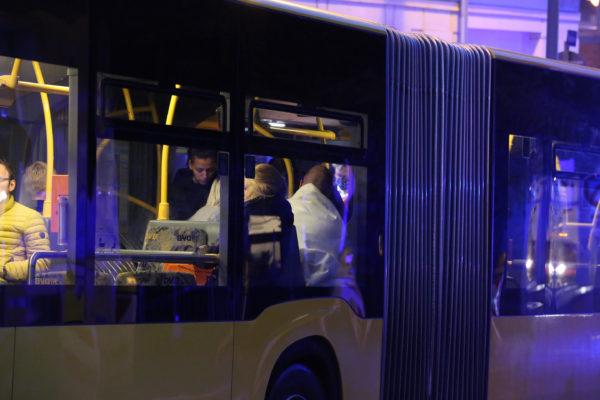 Die Bewohnerinnen und Bewohner des Hauses wurden in einem Bus notversorgt. Foto: Roland Halkasch