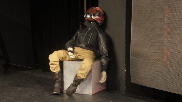 """Wird in Fassbinders Theatervorlage """"Blut am Hals der Katze"""" zum Leben erweckt: Motorradfahrer-Puppe"""