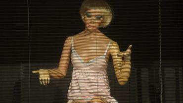 """Ein der neun lebensgroßen Puppen in der Inszenierung """"Blut am Hals der Katze"""""""