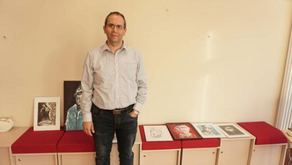 Der syrische Arzt, Dichter und Maler beschäftigt sich seit Jahren mit dem Thema Massaker.