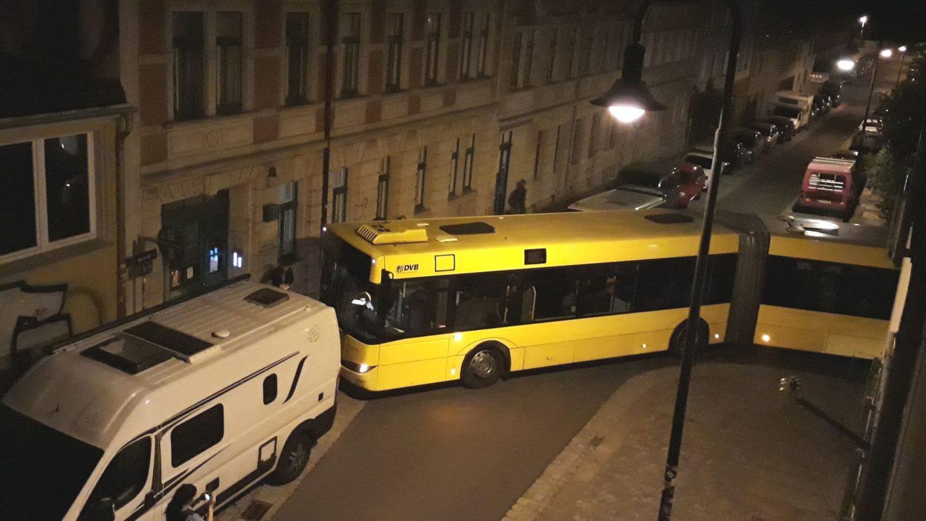 Linienbus steckt in der Seitenstraße fest. Foto: Privat