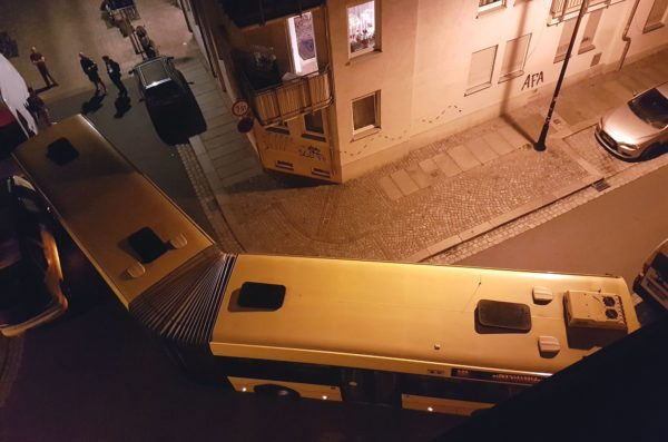 Umleitung übersehen. Bus steckte im Hechtviertel fest. Foto: privat.