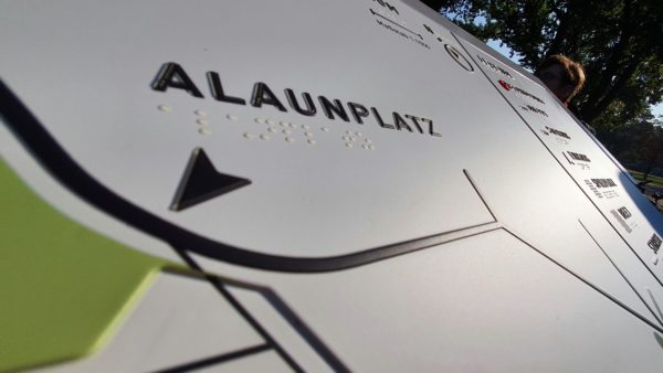 Mit erhabenen Buchstaben und Braille-Zeile wird der Alaunplatz auch für Blinde erlebbar.
