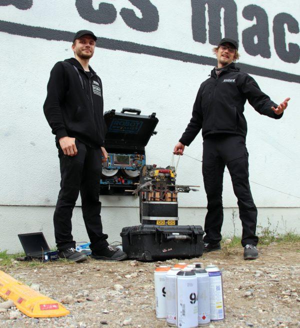 Mihkel Joala und Richard Murutar haben den Graffiti-Roboter entwickelt.
