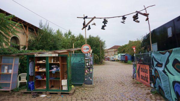 Mit Tauschregal und Eingangsportal heißt der Wagenplatz Willkommen.