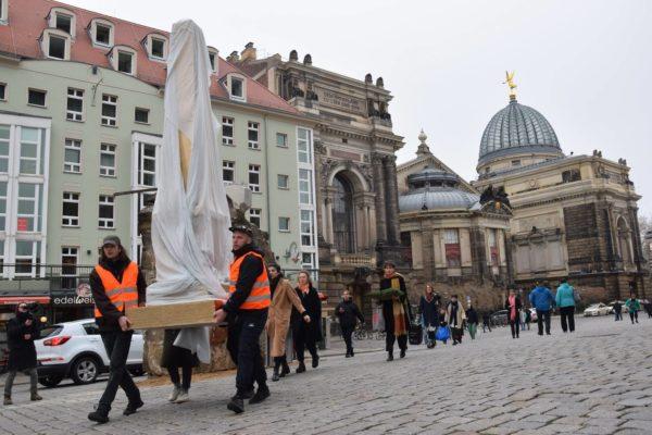 """Die Aktion """"Gedenkweltmeister"""" des Künstler*innenkollektivs im Februar. Foto: Polizeiklasse Dresden"""