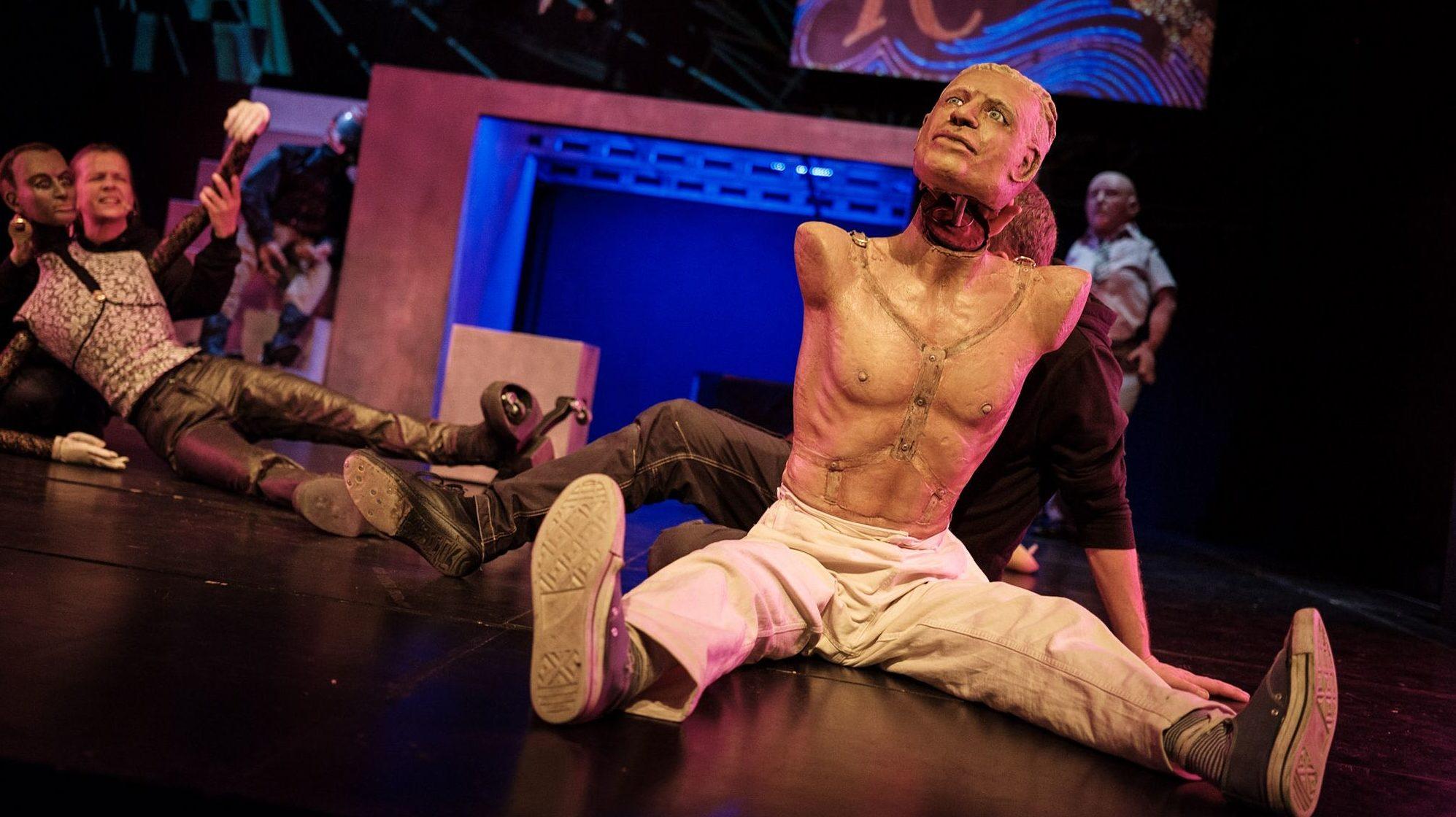 """Ein ganzer Mann ... Figur in """"Blut am Hals der Katze"""" von Cie.Freaks & Fremde. Foto: André Wirsig"""