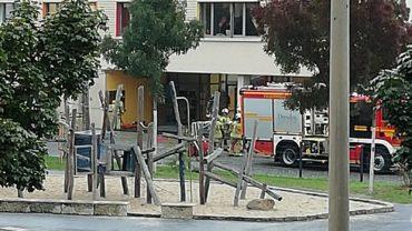 Großer Einsatz für die Kleinen - Die Feuerwehr übte am Freitag einen Einsatz an der 148. Grundschule - Foto: Kathrin