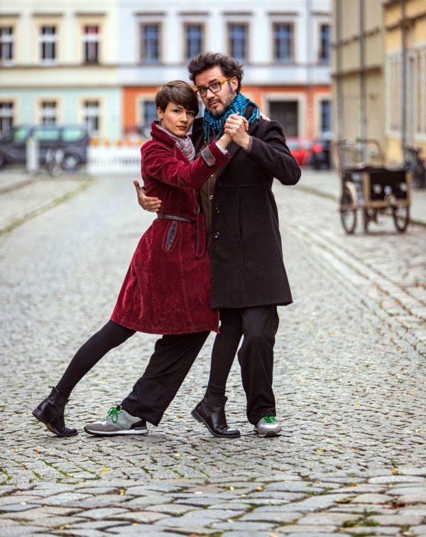 Tabea und Juan beim Tango auf der leeren Talstraße - Foto: Ronny Rozum