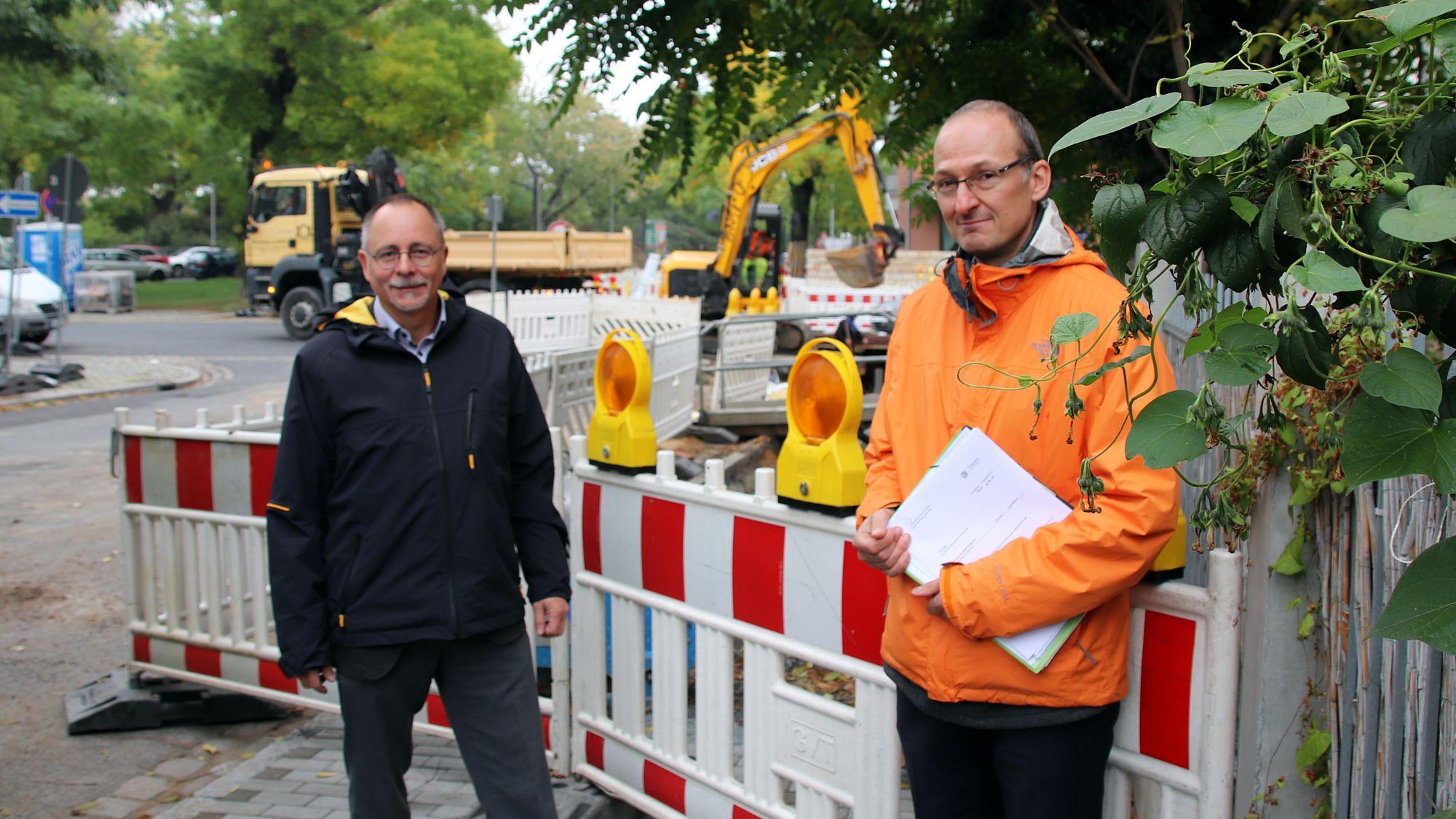 Amtsleiter Barth und Franke an der Erna-Berger-Straße