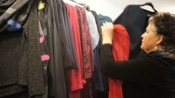 Frau Lalú kommt auf Wunsch vorbei und hebt Schätze im Kleiderschrank. Foto: Philine