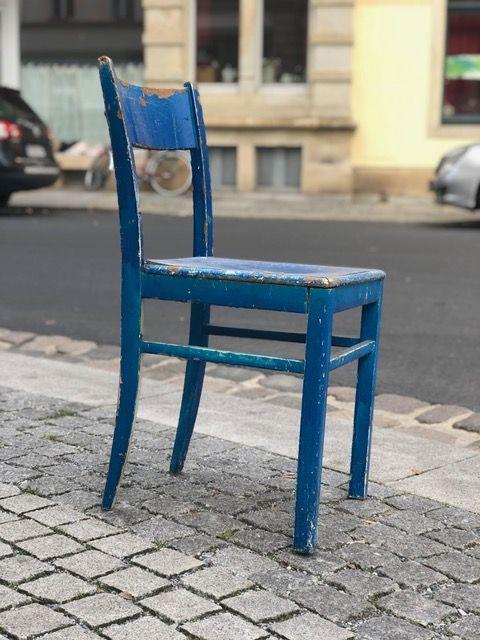 Blauer Bruder des mitgenommenen grünen Holzstuhls. Foto: Ronny Rozum