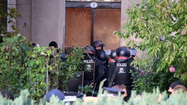 Gegen 9.45 Uhr verließ die Polizei das Haus wieder.