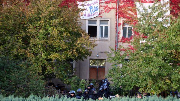 Kurz vor 10 Uhr waren alle Barrikaden weggeräumt und die Polizei sicherte das leere Haus.