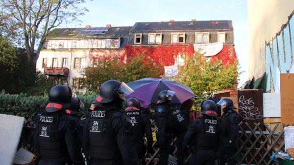 Kurz vor 9 Uhr bereitete sich die Polizei vor, in das Grundstück einzudringen.