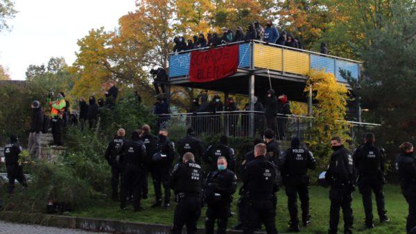 Unterstützer*innen der Besetzung sammelten sich auf dem nahen Spielplatz.