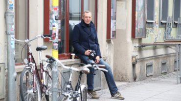 Peter Zuber auf seinem Lieblingsplatz: Vorm Thalia auf der Görlitzer
