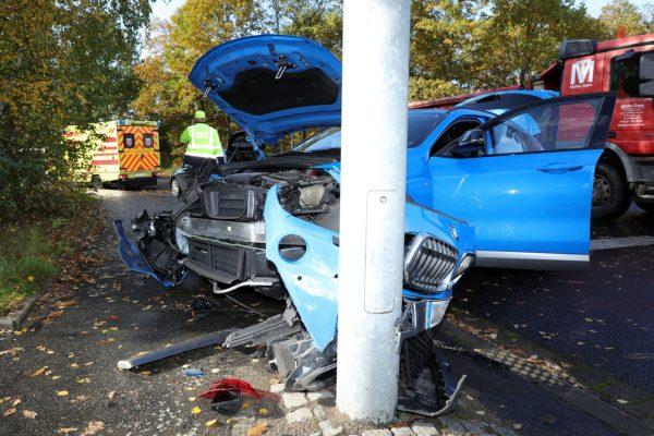 Der BMW prallte gegen eine Ampel.