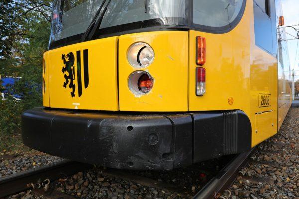 Auch die Straßenbahn wurde leicht beschädigt.