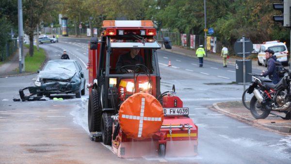 Die Feuerwehr reinigte die Kreuzung von Öl- und Benzinresten. Foto: Roland Halkasch