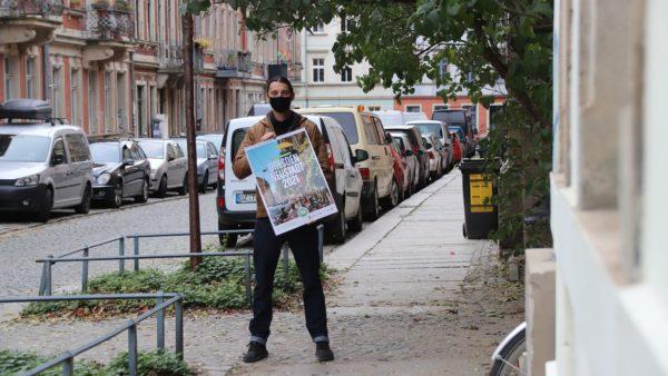 Stephan Böhlig mit Neustadt-Kalender in der vergangenen Woche, als noch Maskenpflicht auf den Neustadt-Straßen herrschte.