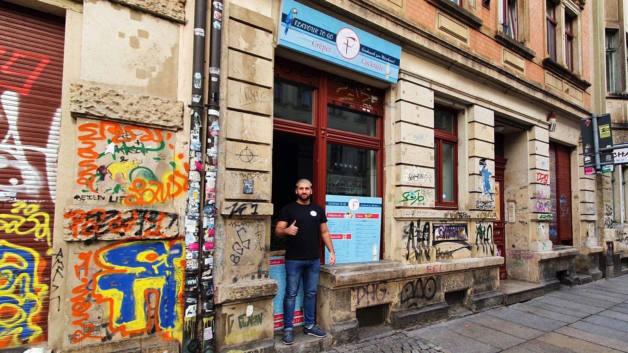 """Amir Fathi vor seinem Laden """"Flavour to go"""""""