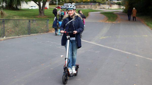 Wege in der Neustadt erledigt Lydia Streller in der Regel auf dem Elektroroller.
