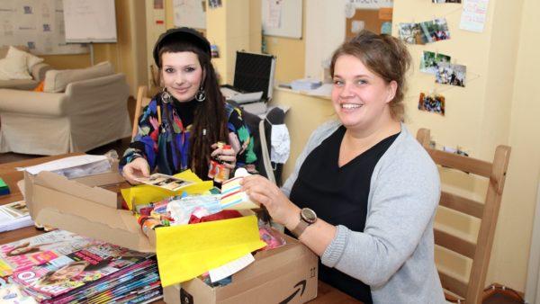 Mitarbeiterin Sarah Preusker und Chefin Elsa Thurm beim Päckchenpacken.