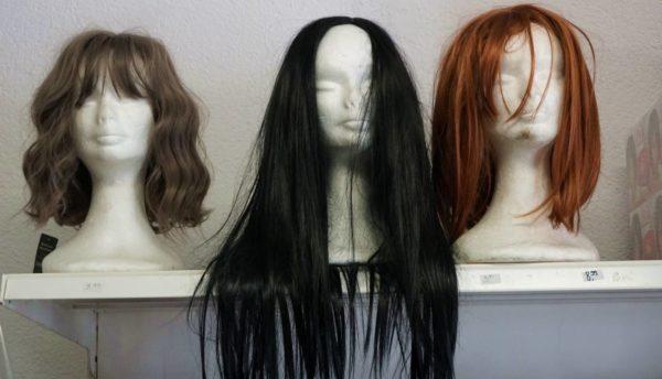 Neben Lebensmittlen gibt es ein reiches Angebot an Pflegeprodukten und Haarteilen.