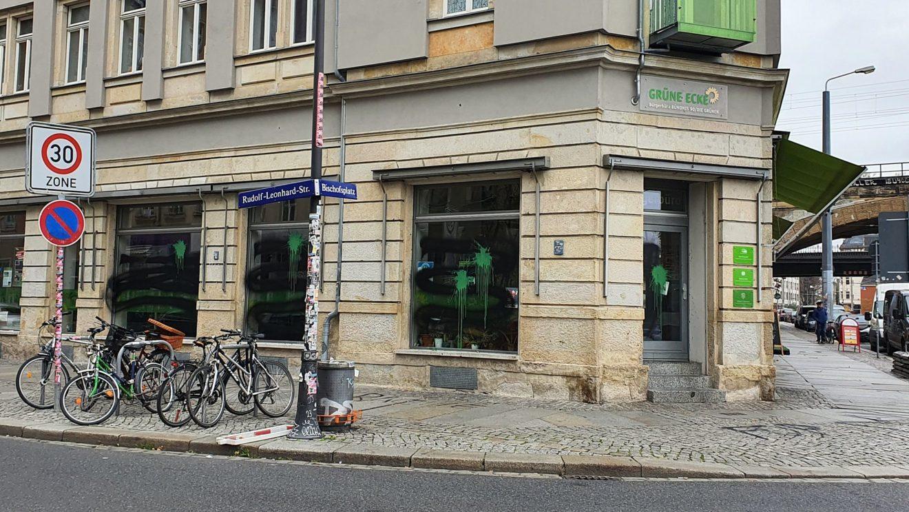Die Fenster wurden mit grüner und schwarzer Farbe beschmiert.