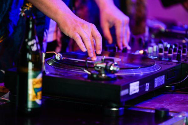 Jeden Abend legen lokale DJs auf. Foto: Sebastian Hoppe.