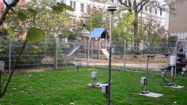 Die neue Wetterstation befindet sich unmittelbar neben dem Spielplatz.