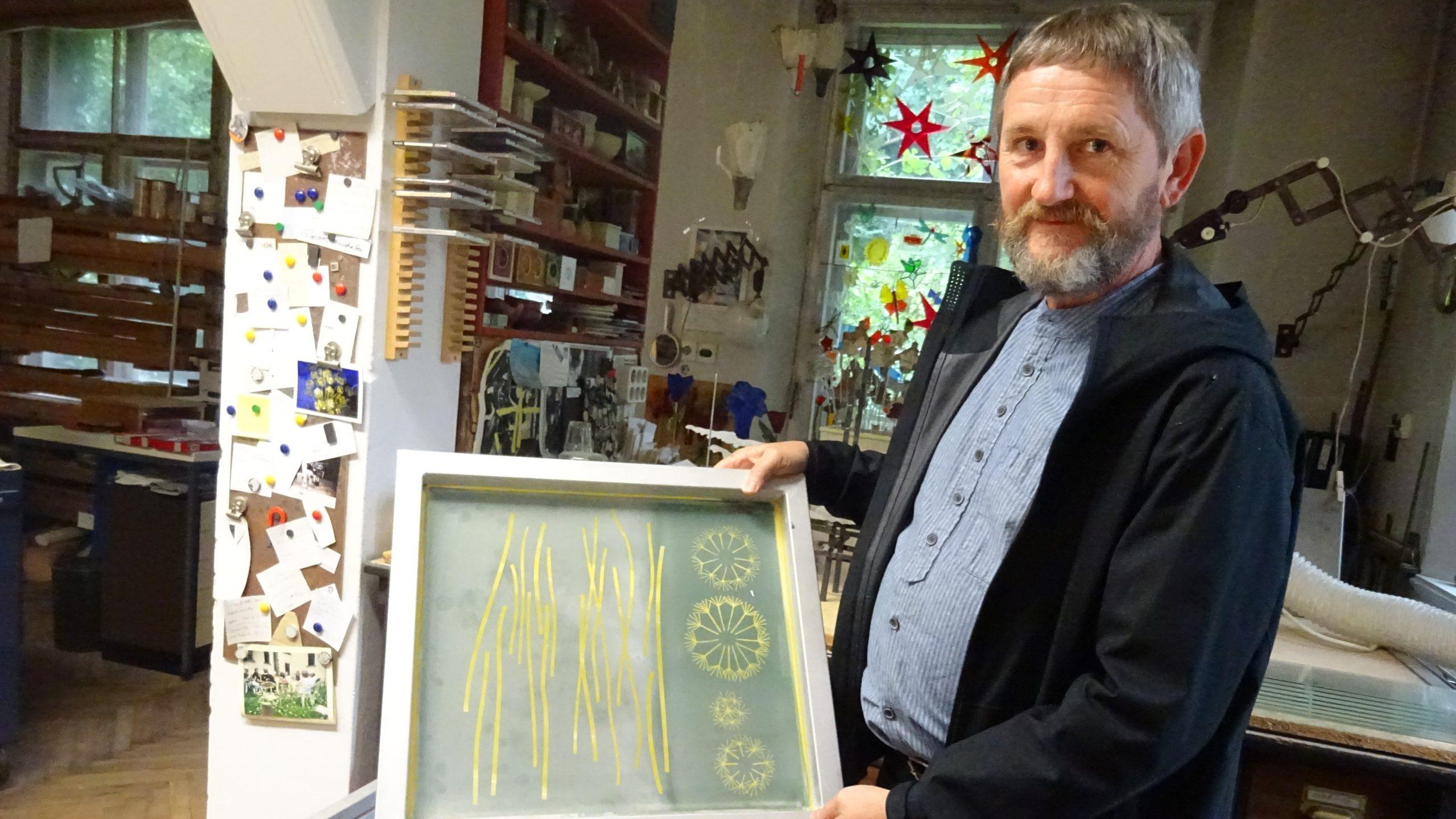 2020-11-13-Uwe Hempel mit Siebdruckvorlage Foto Antje Friedrich