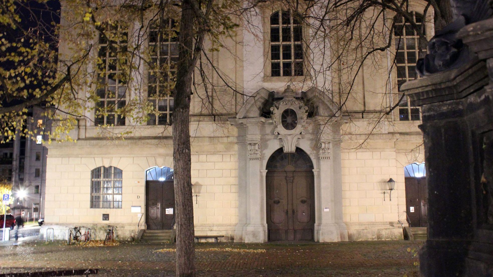 Auf der Rückseite der Dreikönigskirche befindet sich der Eingang des Nachtcafés. Foto: Alba Kemmer Alonso