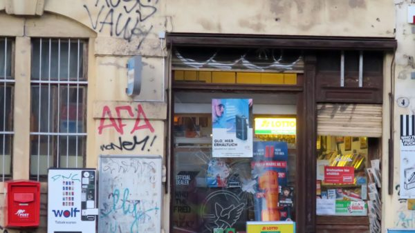 Tabakladen am Bischofsplatz mit eingeworfener Scheibe.